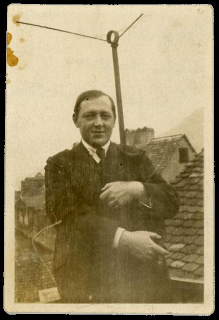 Wilhelm Fraenger mit Kater im Café Wechter, Heidelberg 1920