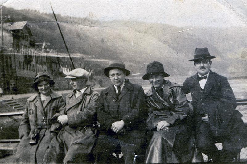 Gustel Fraenger, Hans Arp, Wilhelm Fraenger, Ali Lichtenstein und Hugo Lang auf einer Neckarfähre, Foto 1924